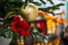 新年` s树,装饰用金黄和红色球、小珠和闪亮金属片 免版税库存照片