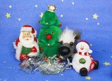 新年` s照片与圣诞老人和逗人喜爱的狗的贺卡在装饰的圣诞树背景  免版税库存照片