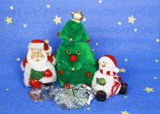 新年` s照片与圣诞老人和逗人喜爱的狗的贺卡在装饰的圣诞树背景  库存图片