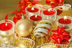 新年` s玩具、灼烧的蜡烛和蛇纹石 库存照片