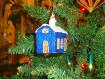 新年` s玩具-有一个白色屋顶的蓝色房子 库存照片
