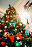 新年` s玩具 用诗歌选装饰的圣诞树,五颜六色的球 与传统色的光的圣诞树 免版税库存照片