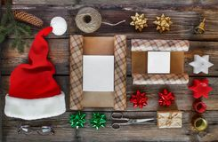 新年` s礼物,辅助部件 新年,圣诞节,假日,包装的礼物的对象 包裹和礼物新年 免版税库存图片