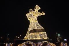 新年` s装饰和平衡欢乐照明设备在以一对跳华尔兹的夫妇的形式莫斯科 库存照片