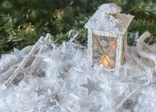 新年` s,圣诞节静物画 在雪的圣诞节手工制造装饰的灯笼没有在冷杉木背景的银色星与l 库存照片