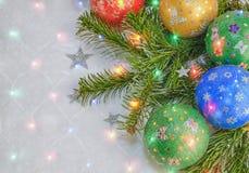 新年` s,圣诞节静物画 手工制造装饰的绿色,红色, blau,在圣诞树背景的黄色球与colo的 免版税库存照片