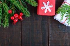 新年` s,圣诞节题材 礼物盒,绿色云杉的分支,莓果 免版税库存图片
