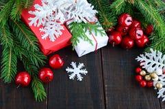 新年` s,圣诞节题材 礼物盒,绿色云杉的分支,莓果 免版税库存照片