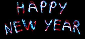 新年celebrattion概念 2019在黑暗的砖墙上的新年快乐文本萤光氖灯标志 免版税库存照片