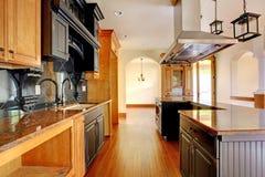 新建工程豪华家庭内部。 有美好的详细资料的厨房。 图库摄影