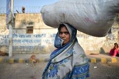 新德里,印度, 2017年11月23日:佩带在她的头的印地安妇女一块大麻袋布 免版税库存图片