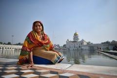 新德里,印度, 2017年11月23日:坐下印地安的妇女 库存图片