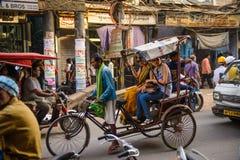 新德里,印度- 2016年4月16日:人力车车手在新德里运输2016年4月16日的乘客,印度 轮转人力车 免版税库存照片