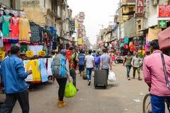 新德里,印度2016年4月10日:在中央驻地铁路附近的Paharganj街道 背包徒步旅行者的普遍的斑点能停止在goin前 免版税库存图片