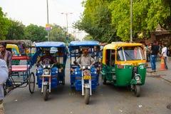 新德里,印度2016年4月10日:在主要市场的停放的自动人力车在Paharganj 这个地方是德里主要旅游插孔  图库摄影
