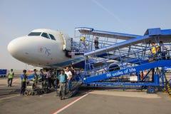 新德里,印度- 2016年4月10日:现代乘客飞机靛蓝航空公司空中客车A320站立在停车场的 免版税库存照片