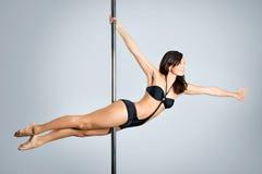 新性感的妇女执行杆舞蹈 库存图片