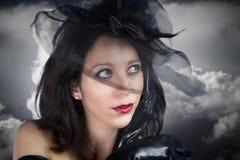 新性感的妇女纵向黑色面纱的在风暴背景 免版税库存图片