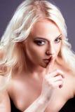 新性感的白肤金发的女孩纵向。 免版税库存照片