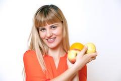 新愉快的微笑的妇女纵向用果子在手中。 免版税库存照片