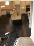 新房一个现代厨房看见了froom二楼 免版税库存图片