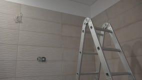 新房公寓的未完成的卫生间 梯子和瓦片 影视素材