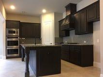 新房内部的现代厨房 图库摄影