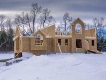 新房建筑在冬天 免版税库存图片