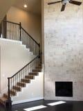 新房空的家庭娱乐室和台阶  免版税图库摄影