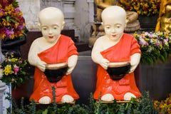 新手与胳膊碗的修士木偶 库存照片