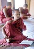 新手修士在Shwe严Pyay修道院,缅甸里 库存图片