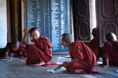 新手修士在Shwe严Pyay修道院,缅甸里 免版税库存照片
