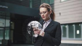 新技术、另外的现实、经济和事务的概念 举行一个手机和用途的女商人 向量例证