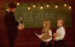 新技术 学校教育新技术  学校教训的女孩与新技术 新技术为 免版税库存照片