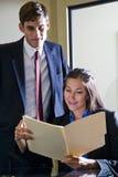 新文件夹办公室复核的工作者 免版税库存图片