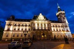 新新生城镇厅的正面图夜风景的 免版税库存照片