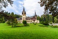 新新生Peles城堡在1873年修造的在喀尔巴阡山脉 免版税库存图片