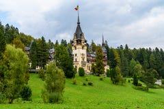 新新生Peles城堡在1873年修造的在喀尔巴阡山脉 免版税图库摄影