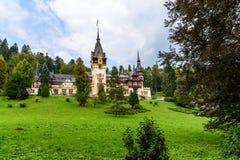 新新生Peles城堡在1873年修造的在喀尔巴阡山脉 免版税库存照片