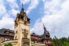 新新生Peles城堡在1873年修造的在喀尔巴阡山脉 库存照片