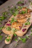 新新近地油煎的可口切片在一个木板的肉用新鲜的草本 在一个木板的开胃牛排 仍然1寿命 库存图片
