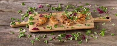 新新近地油煎的可口切片在一个木板的肉用新鲜的草本 在一个木板的开胃牛排 t的横幅 免版税库存图片