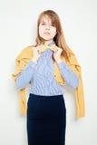 新方式妇女 黄色蝶形领结,蓝色衬衣 免版税库存照片