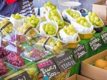 新日本葡萄销售在市场上 库存照片