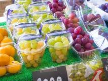 新日本葡萄销售在市场上 免版税库存图片