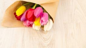 新春天五颜六色的郁金香花束  库存照片