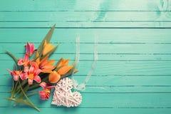 新春天红色和黄色郁金香花和白色decorativ 免版税库存照片
