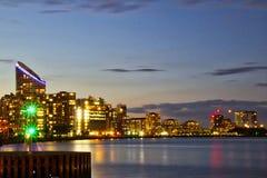 新普罗维登斯岛码头在伦敦在晚上 免版税库存照片