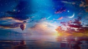 新月形月亮、热空气气球和彗星在日落满天星斗的天空 免版税库存图片