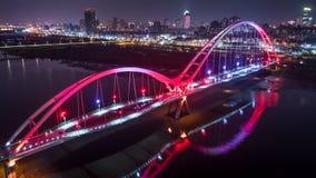 新月形桥梁-新的台北,有美好的照明的台湾著名地标在晚上 免版税库存图片